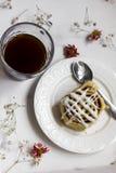 Petits pains de cannelle avec la tasse de café photographie stock libre de droits