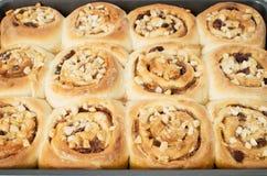 Petits pains de cannelle collants faits maison Images stock