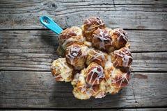 Petits pains de cannelle doux avec du sucre glace, fait maison rustique Images libres de droits