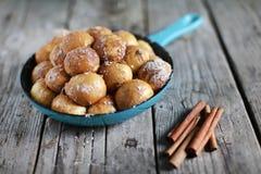 Petits pains de cannelle doux, casse-croûte de pain dans une casserole, dessert Image libre de droits