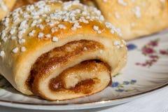 Petits pains de cannelle du plat Photographie stock