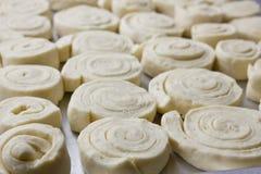 Petits pains de cannelle en spirale de pâte à levure sur une plaque de cuisson Images libres de droits