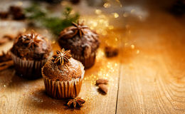 Petits pains de cannelle et de chocolat sur une table en bois images stock