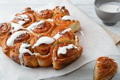 Petits pains de cannelle faits maison avec de la crème Image libre de droits