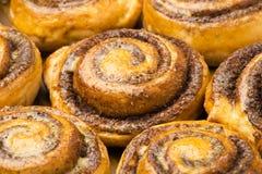 Petits pains de cannelle faits maison comme fond Photographie stock