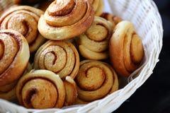 Petits pains de cannelle faits maison dans un panier Images libres de droits