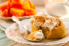 Petits pains de cannelle faits maison de potiron avec les épices et la crème douce Photo libre de droits