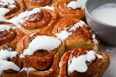 Petits pains de cannelle faits maison doux avec de la crème Images libres de droits