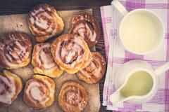 Petits pains de cannelle faits maison doux frais Photographie stock