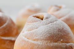 Petits pains de cannelle fraîchement cuits au four avec des épices image stock
