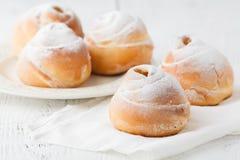 Petits pains de cannelle fraîchement cuits au four avec des épices photo libre de droits