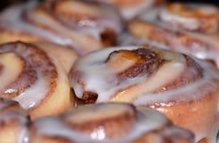 Petits pains de cannelle frais du four images libres de droits