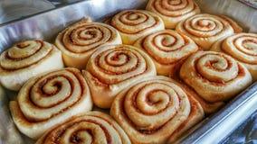 Petits pains de cannelle, non cuits photos stock