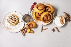 Petits pains de cannelle de potiron photos stock