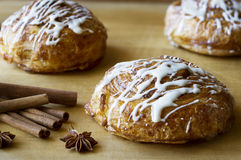 3 petits pains de cannelle sur la surface en bois Photos libres de droits