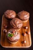 Petits pains de chocolat avec des écrous, décorés de la menthe Photo stock