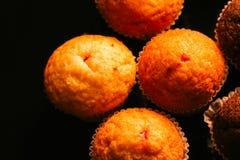 Petits pains de chocolat avec des écrous sur le fond foncé, foyer sélectif image libre de droits