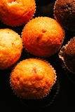 Petits pains de chocolat avec des écrous sur le fond foncé, foyer sélectif Image stock