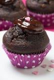 Petits pains de chocolat avec l'écrimage fondu de chocolat et de coeur Image stock