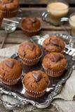 Petits pains de chocolat avec les puces de chocolat et le coeur de chocolat Photographie stock libre de droits
