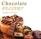 Petits pains de chocolat avec un tas des bonbons à chocolat, isola de sucreries Images stock