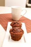 Petits pains de chocolat avec une tasse de café Image stock