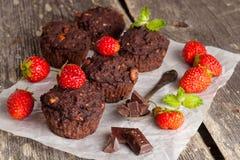 Petits pains de chocolat et baies fraîches Photos stock