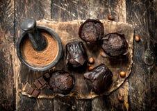 Petits pains de chocolat sur le conseil Photo stock