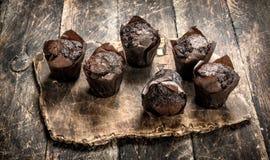 Petits pains de chocolat sur le conseil Photographie stock libre de droits
