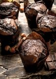 Petits pains de chocolat sur le conseil Image stock