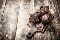 Petits pains de chocolat sur le conseil Image libre de droits