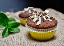 Petits pains de chocolat sur un sac rustique à toile de jute Images stock