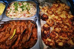 Petits pains de chou près des pommes de terre et du riz cuits au four image stock