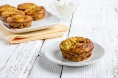 Petits pains de courgette avec des herbes photos libres de droits