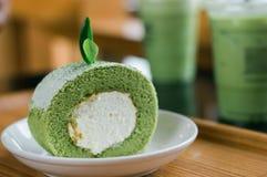 Petits pains de gâteau de thé vert d'un plat blanc photo stock