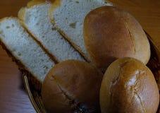 Petits pains de glisseur et tranches ronds de sloaf dans la corbeille à pain en osier photo stock
