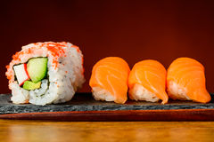 Petits pains de la Californie et sushi de nigiri Photo stock