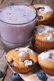 Petits pains de myrtille et un milkshake avec des baies verticales Image libre de droits