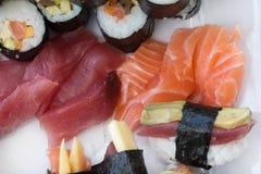 Petits pains de nigiri et de maki de sashimi de sushi, d'isolement sur le blanc Photographie stock libre de droits