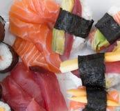 Petits pains de nigiri et de maki de sashimi de sushi, d'isolement sur le blanc Images libres de droits