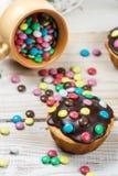 Petits pains de Pâques avec les sucreries et la glaçure de chocolat photos libres de droits
