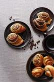 Petits pains de pâte à levure avec des clous de girofle Image stock