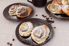 Petits pains de pâte à levure avec des clous de girofle Images stock