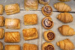 Petits pains de pâte feuilletée cuisson douce fraîche sur le papyrine Plusieurs genres de tartes croustillants se situent dans le Image libre de droits