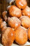 Petits pains de pâtisserie rayés dans une rangée Photographie stock