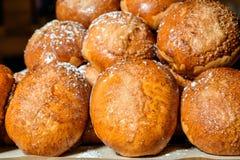 Petits pains de pâtisserie rayés dans une rangée Photo stock