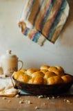 Petits pains de pain à l'ail avec l'ail Petit pain de pain avec l'ail maison luxuriante Images stock