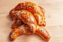 Petits pains de pain avec le s?same et le fromage photo stock