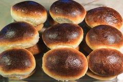 Petits pains de pain cuits au four faits maison image stock