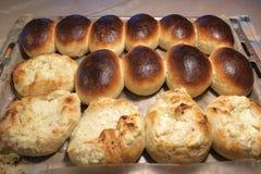 Petits pains de pain cuits au four faits maison photos stock